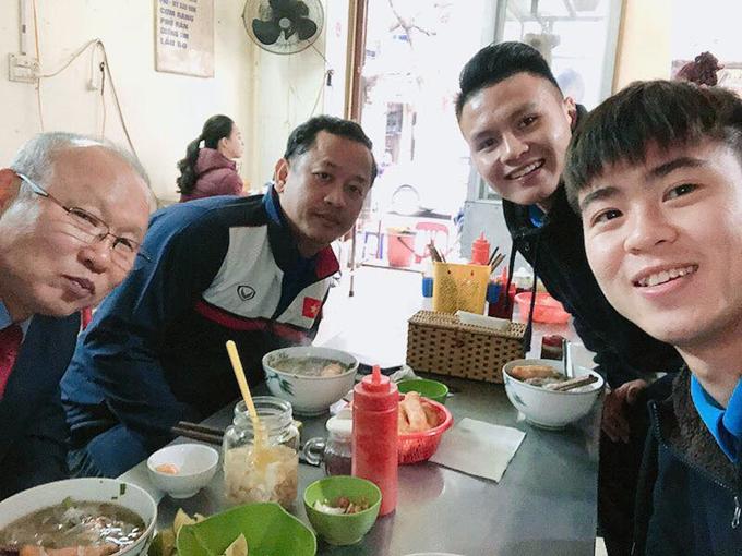 Khi đàn ông đi ăn (Phở) - Tiền vệ Duy Mạnh của Olympic Việt Nam chia sẻ trên trang cá nhân khi đi ăn cùng thầy - Ảnh: Đỗ Duy Mạnh.