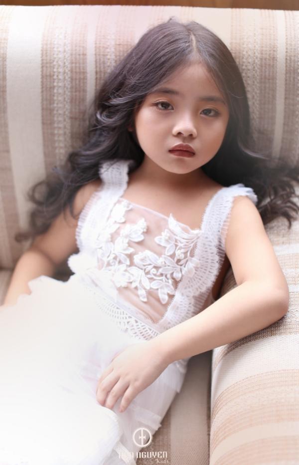 Ở lớp, Minh Anh luôn là học trò chăm ngoan, được thầy cô và bạn bè yêu quý. Chỉ mới 6 tuổi nhưng cô bé đã biết quan tâm và chăm sóc mọi người, chia sẻ những thứ mình có với các bạn như đồ chơi, đồ ăn vặt và những món quà nhỏ.