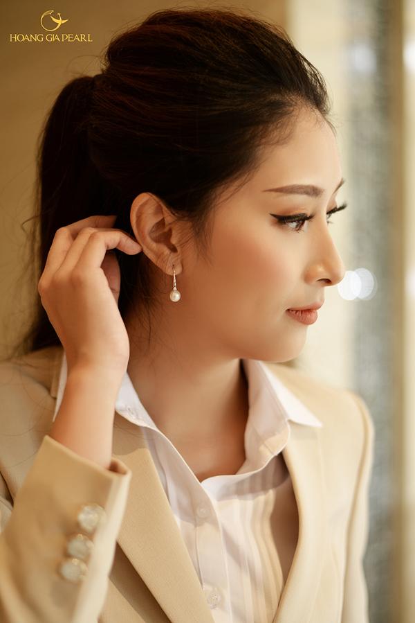 Hoa tai là phụ kiện cần thiết cho những kiểu tóc cột cao trẻ trung năng động. Nếu không muốn sử dụng nhiều trang sức, các nàng chỉ cần diện một đôi hoa tai ngọc trai trắng là đủ để gương mặt tươi tắn, rạng rỡ hơn.
