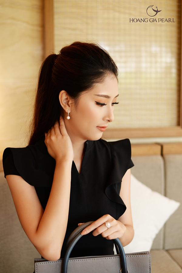 Trang phục đen và ngọc trai sắc trắng kết hợpăn ý để tạo những điểm nhấn nổi bật cho phong cách công sở.