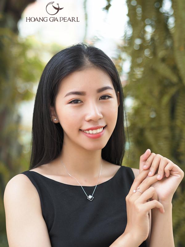 Dành cho cô gái trẻ diện hàng ngày là những kiểu trang sức ngọc trai trắng kết hợp với chất liệu bạc quý kim PS nhỏ nhắn, xinh xắn.