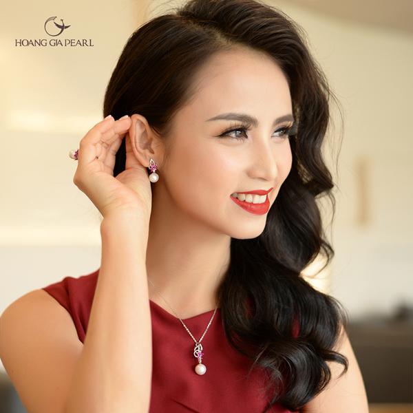 Trang sức ngọc trai đính đá màu sẽ giúp tôn lên vẻ đẹp nổi bật, quyến rũ cho các nàng.