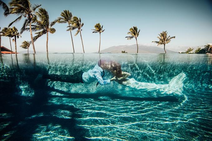 Cô dâu, chú rể không ngần ngại trao nhau nụ hôn dưới nước.Ảnh được chụp ở Maui, Hawaii, Mỹ bởi Dina Chmut.