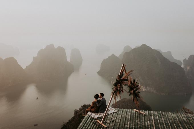 Ảnh cưới của cặp đồng tính được chụp bởi Phan Tiến tại núi Bài Thơ, Quảng Ninh, cách 200m so với mực nước biển.