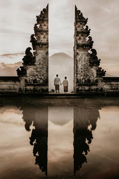 Nhiếp ảnh gia Gary Evan cũng áp dụng hiện tượng phản xạ ánh sáng để tạo nên tấm hình này. Ảnh được chụp ở Pura Lempuyang Luhur, Bali, Indonesia.