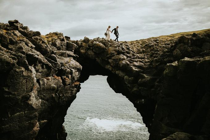 Cô dâu chú rể không ngại khó khăn leo lên núi đá hiểm trở để cho ra đời tấm ảnh đẹp.Ảnh được chụp ở Snaefellsnes, Iceland bởi Lukas Piatek.