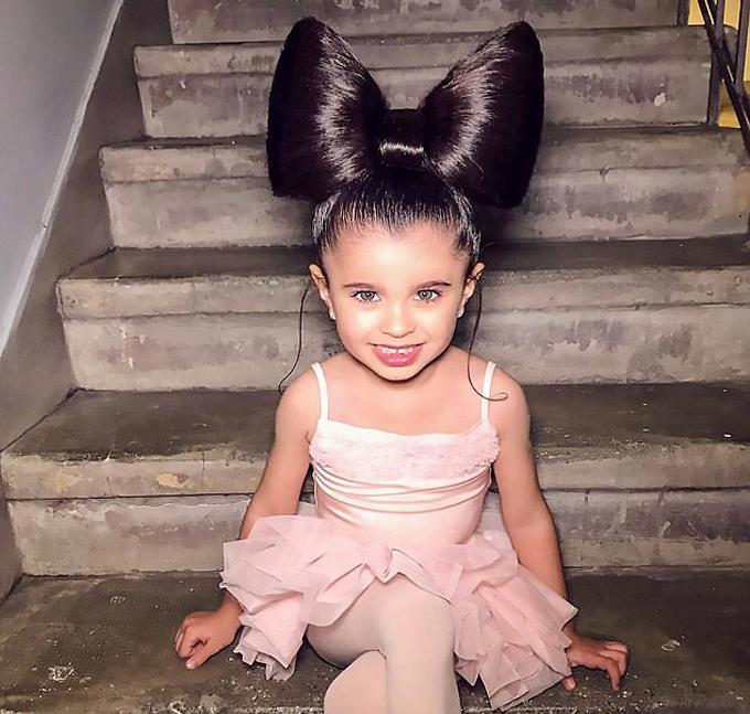 Mia mặc váy ballet, mái tóc được tạo thành một chiếc nơ to cầu kỳ trên đầu. Tài khoản Instagram của Mia hiện có khoảng 50.000 người theo dõi.