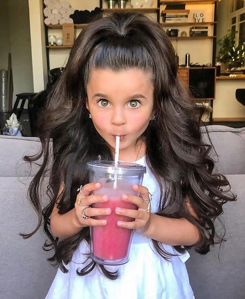 Từ một bộ tóc mà được nhà tạo mẫu biến hóa khôn lường. Lấy cảm hứng từ người nổi tiếng, những lọn tóc xoăn đều cộng với chiếc kẹp huyền thoại nhìn cô nàng người ta sẽ hình dung luôn ra Jennifer Lopez.
