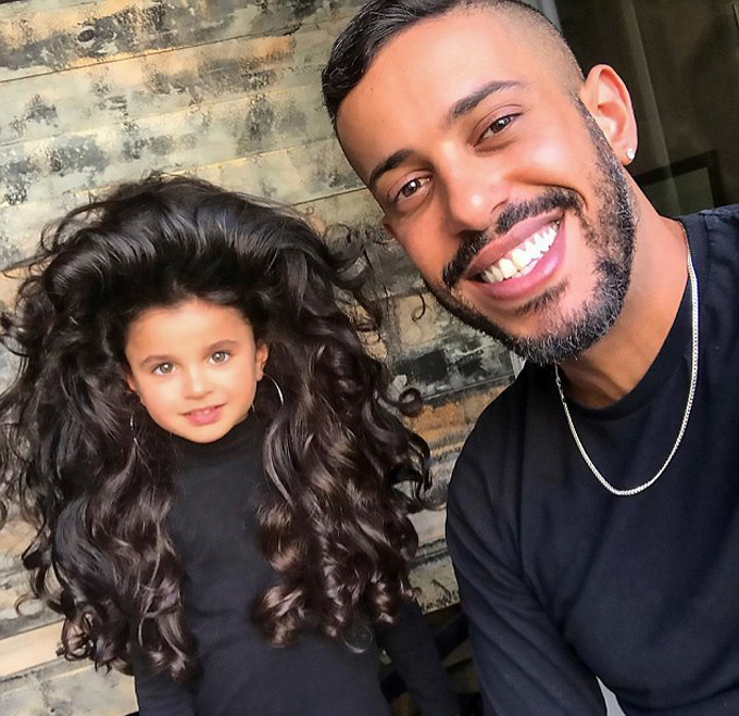 Chuyên gia tạo mẫu tóc Israeli Sagi Dahari được cho là người đã tạo nên những kiểu tóc đặc biệt cho cô bé 5 tuổi này. Theo Mail, các bức ảnh của Mia đã được website của tạp chí Vogue ở Anh đăng tải. Sagi cho hay Mia là một đứa trẻ dễ chịu, biết hợp tác và không hề phàn hày hay tranh cãi gì, ngược lại bé thường kiên nhẫn chờ đợi và cười tươi với tất cả mọi người.