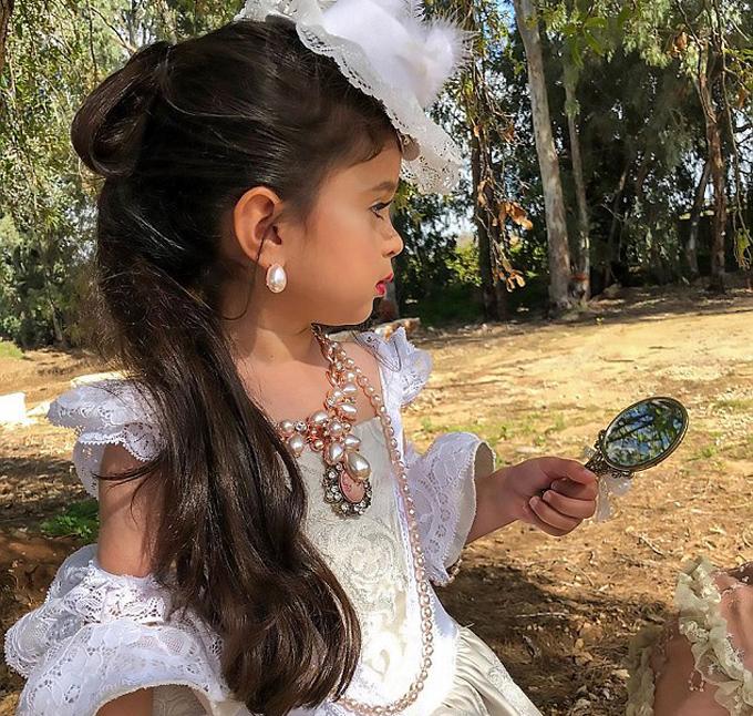 Mia duyên dáng với mái tóc dài cùng bộ trang phục cầu kỳ như tiểu công chúa.