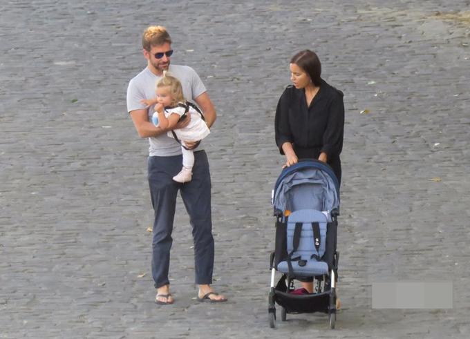 Bradley nổi tiếng là ông bố đảm đang và yêu chiều con gái. Anh nhiều lần được trông thấy một mình bế con đi chơi trong khi Irina vắng nhà.