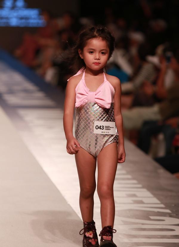 Bé Phan An Nhiên từng gây ấn tượng trên sàn diễn Vietnam Junior Fashion Week 2017. Nhóc tỳ mặc áo tắm, biểu diễn lạnh lùng trước hàng trăm khán giả.