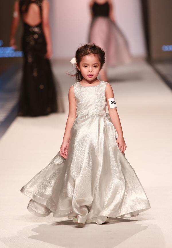 Cô bé chưa đầy 6 tuổi lộng lẫy với váy dạ hội màu bạc.