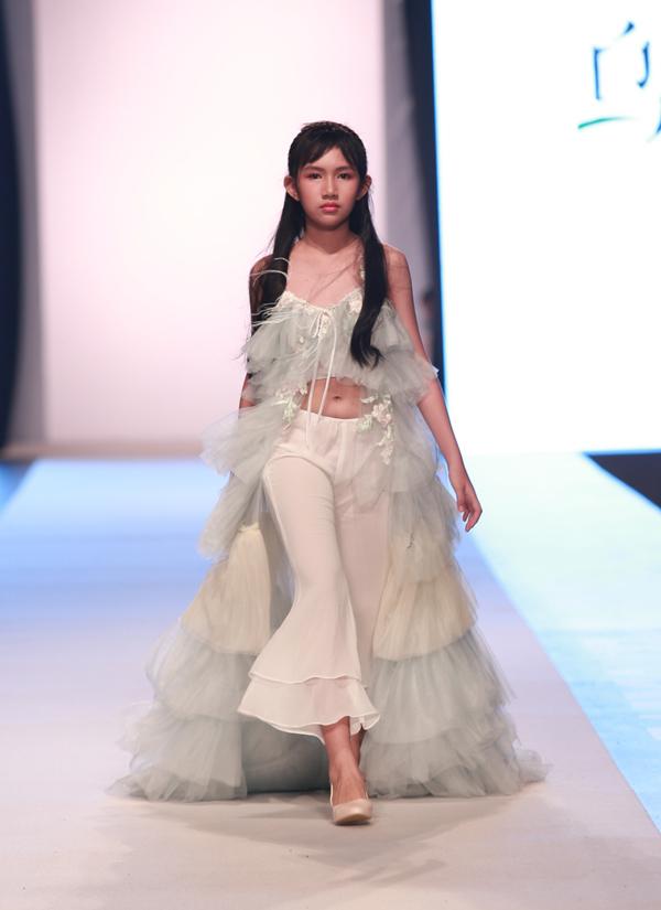 Cô bé tuổi thiếu niên ra dáng một người mẫu chuyên nghiệp.