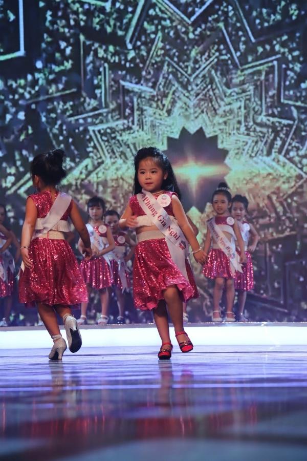 Mở đầu chung kết,21 thí sinh diệnáo crop top và chân váy lấp lánh xuất hiện trongphần thể hiện ca khúc Get Down của Quán quân thần tượng âm nhạc nhí 2017 - Thiên Khôi.