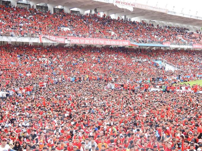 Hàng nghìn cổ động viên tập trung trên sân Lạch Tray (Hải Phòng) theo dõitrận tranh HC đồng bóng đá nam Asiad giữa Việt Nam và UAE.Sau khi trận đấu kết thúc, nhiềuCĐVném chai nước xuống sân. Ảnh: Giang Chinh.