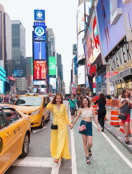 Phương Trinh Jolie tay trong tay đi dạo ở quảng trường Thời Đại ở New York (Mỹ).