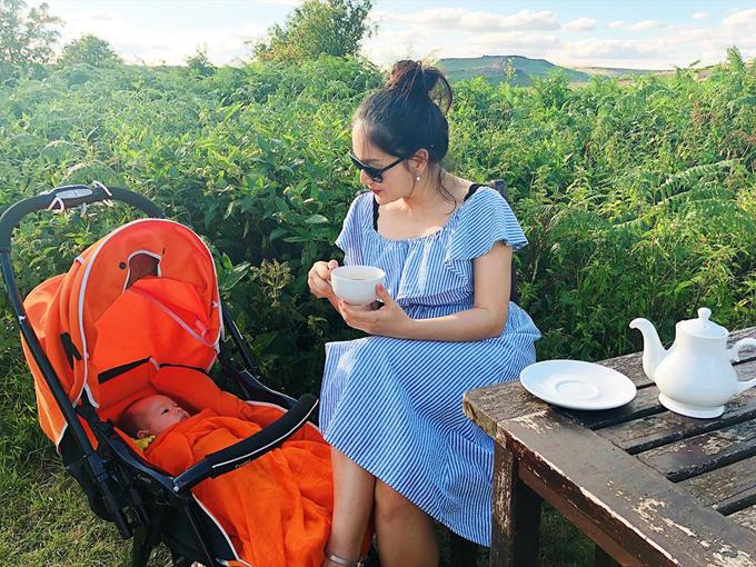 Bé Lina nhà Lan Phương đã có mùa hè đầu tiên cùng ba mẹ trở về quê ở Anh. Hai mẹ con nữ diễn viên thưởng thức bữa trà chiều kiểu Anh giữa không gian đồng quê thanh bình.