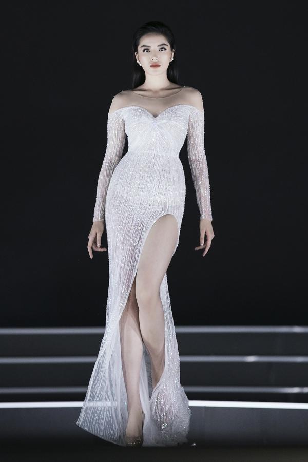 Tối 1/9, Hoa hậu Kỳ Duyên mở màn bộ sưu tập của nhà thiết kế Lê Thanh Hoà. Đây là đêm trình diễn thứ 3 của phần thi Người đẹp Thời trang trong khuôn khổ Hoa hậu Việt Nam 2018.