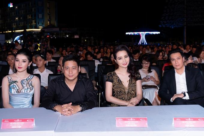 Từ trái qua: Á hậu Huyền My, các diễn viên Minh Tiệp, Mai Thu Huyền, Việt Anh ngồi ghế ban bình luận và nhận xét thí sinh trình diễn. Chung kết Hoa hậu Việt Nam 2018 diễn ra tối 16/9 tại TP HCM.