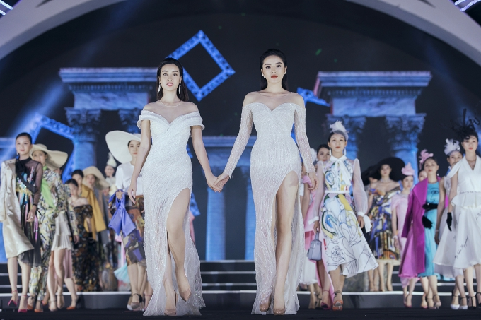 Mỹ Linh, Kỳ Duyên cùng nắm tay chào kết với 43 thí sinh vòng chung kết Hoa hậu Việt Nam 2018.