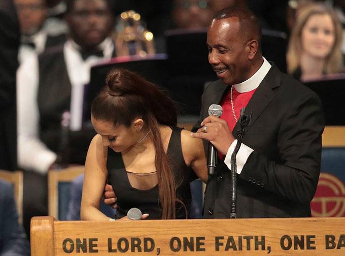 Mục sư giải thích ông không để ý đã vòng tay vào ngực nữ ca sĩ.
