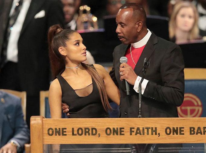 Ariana giao lưu với mục sư sau khi trình diễn tại tang lễ.