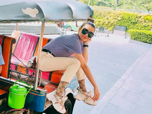 Thái Lan là địa điểm làm đẹp yêu thích của Hồ Ngọc Hà. Cô thường xuyên sang Bangkok để tân trang nhan sắc. Giữa tháng 8, nữ ca sĩ đăng ảnh ngồi vắt vẻo trên xe tuk tuk dạo quanh phố xá xứ sở chùa vàng.