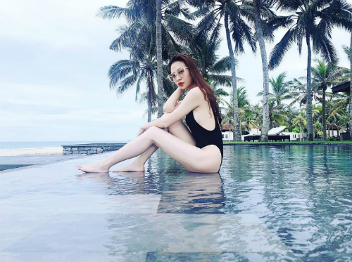Bạn gái doanh nhân Cường Đôla - Đàm Thu Trang - khoe thân hình nóng bỏng trong bộ áo tắm bên bể bơi vô cực ở Hội An. Người đẹp lựa chọn khu resort khá nổi tiếng ở đây - nơi thường xuyên tiếp đón các celeb và nhiều sao Hàn.