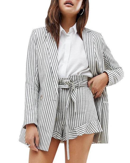 Những bộ suit được kết hợp giữa áo blazer đi cùng quần short được ra đời giữa không khí giao thời của mùa xuân hè và thu đông. Quần short là thứ còn vương vấn lại của mùa hè sôi động và áo vest mỏng là phục trang được ưa chuộng khi thu về.