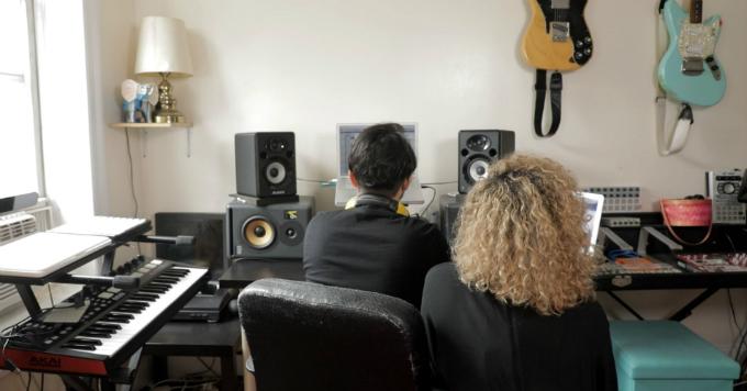 Kennedy và bạn trai sản xuất kênh phát thanh riêng về ẩm thựctrong căn hộ ở Brooklyn, New York. Ảnh:CNBC.