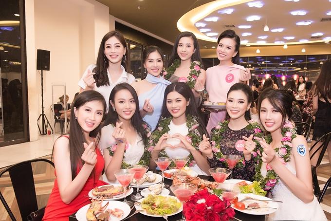 Bà Phạm Kim Dung (váy xanh, thứ 2 từ trái sang, hàng trên) - Phó Ban tổ chức - theo sát và động viên thí sinh trong nhiều hoạt động thường ngày.