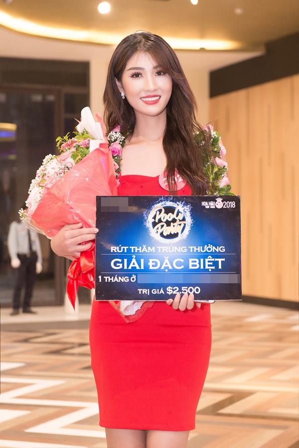 Thí snh Phạm Thị Luyến may mắn nhận được một quà tặng của nhà tài trợ.