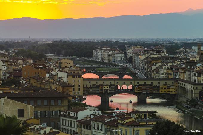 Cây cầu Vonte Vecchio cũng trở nên nổi bật giữa ánh hoàng hôn