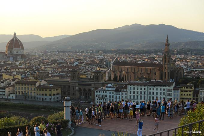 Khi mặt trời đã lặn sau rặng núi, tất cả cùng vỗ tay vui mừng khi được ngắm khung cảnh đẹp tuyệt vời này. Rất nhiều người vẫn còn nán lại để ngắm thành phố khi lên đèn. Nếu bạn ghé thăm Florence, nhớ đừng bỏ lỡ dịp may hiếm có này.