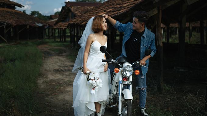 Cô dâu trong bộ ảnh là Võ Thị Kim Hoàng (22 tuổi) theo đuổi nghề trang điểm, còn một nửa hoàn hảo của nàng là Phạm Hoàng Thành (23 tuổi) -nhiếp ảnh gia. Uyên ương đang sinh sống và làm việc tại Bình Phước.