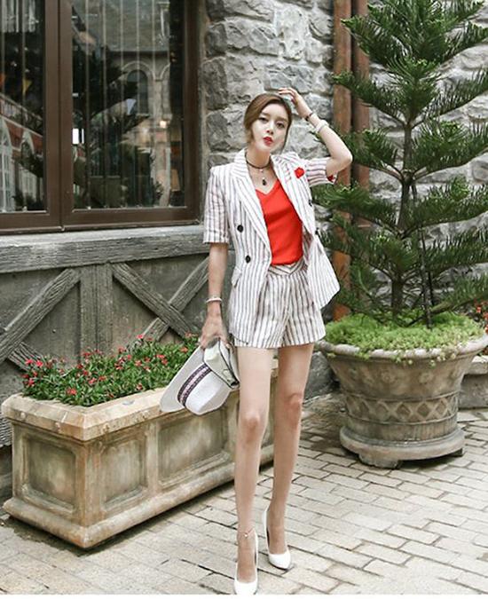 Các mẫu quần ống rộng vừa phải, quần lưng cao, quần trang trí dây lưng cùng chất liệu cũng được các nhà mốt chăm chút để khiến cách mix suit và short thêm đa dạng.
