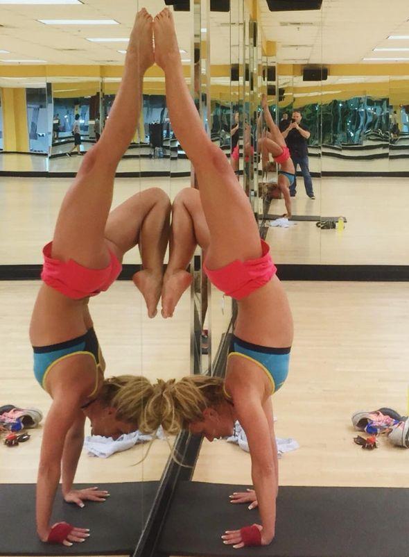 Nữ ca sĩ thực hiện tư thế Headstand - một động tác rất khó trong yoga.