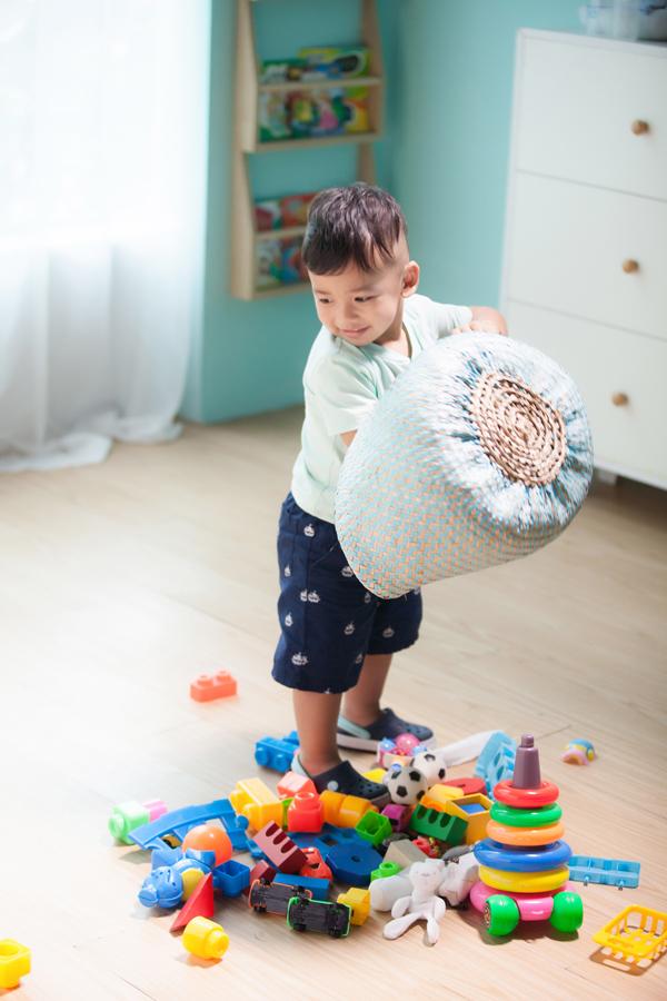 Trong lúc mẹ làm việc, bé Nu thích thú nghịch đồ chơi.