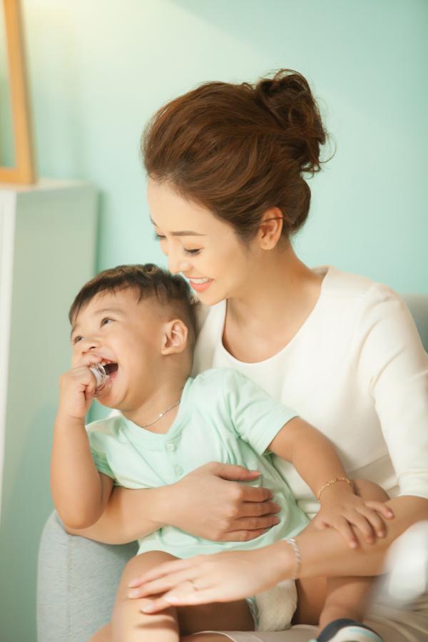 Mỗi khi Jennifer Phạm bận rộn chạy show, bé Nu được bố và người giúp việc chăm sóc. Còn khi mẹ ở nhà, cậu nhóc quấn quýt không rời.