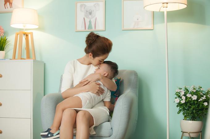 Không chỉ được bố mẹ cưng chiều, cậu út còn được anh chị là Bảo Nam và bé Na yêu thương. Jennifer Phạm kể rằng, hai con lớn luôn nhường nhịn và chơi đùa với em út.