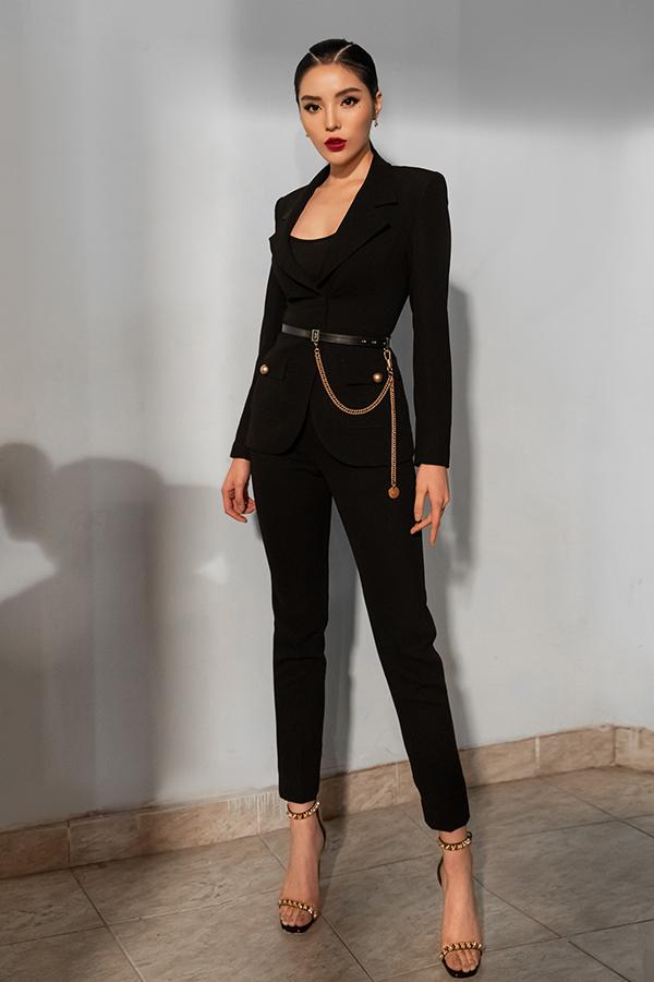 Hoa hậu khoe vẻ đẹp trẻ trung, hiện đại trong bộ suitcủa nhà mốt Liveevil. Người đẹp gốc Nam Địnhsử dụng thắt lưng gần 20 triệu từ thương hiệu Givenchy và giầy 20 triệu của Stuartweitzman.