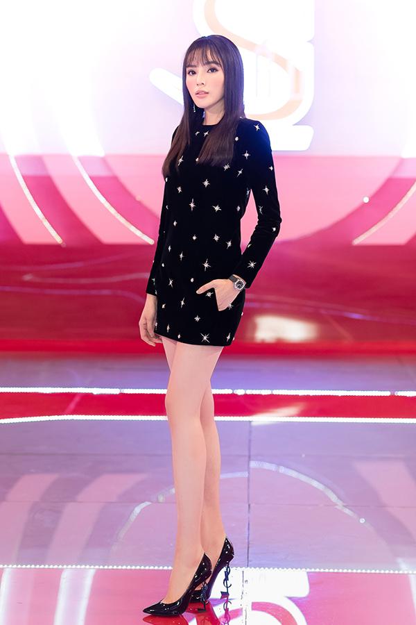 Bộ cánh được Kỳ Duyên chi nhiều hầu bao nhất là váy nhung đính kết vô cùng tinh tế của thương hiệu Saint Laurent. Váy nhungcó giá hơn 170 triệu đồngđượcphối cùng giầy đồng thương hiệu giá 23 triệu đồng vàđồng hồ 400 triệu đồng.