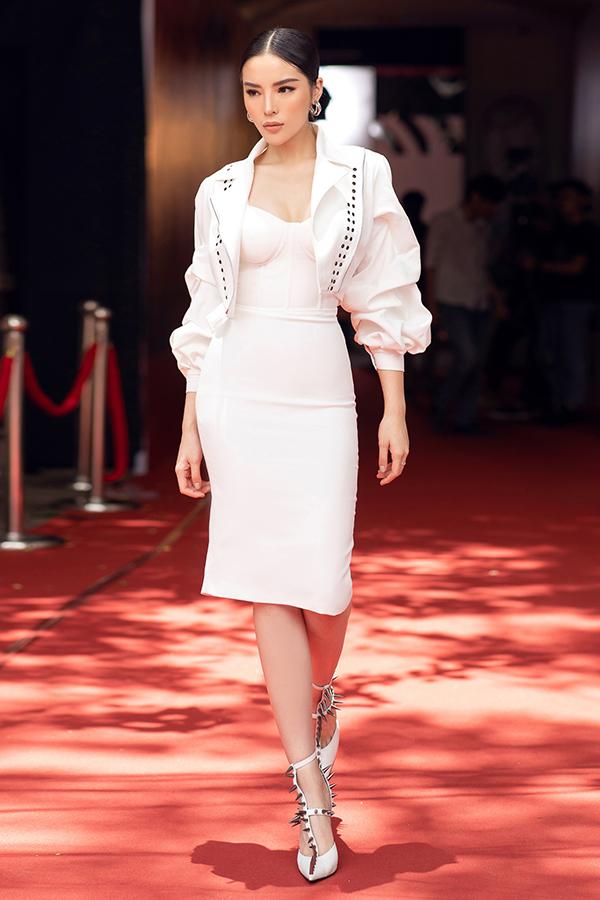 Xuất hiện ở ngày ghi hình đầu tiên của chương trình,Kỳ Duyêndiện trang phục của nhà thiết kếLê Ngọc Lâm. Phụ kiện đi kèm là mẫugiầy đinh tán cực chấtcủa nhà mốt Balenciaga.