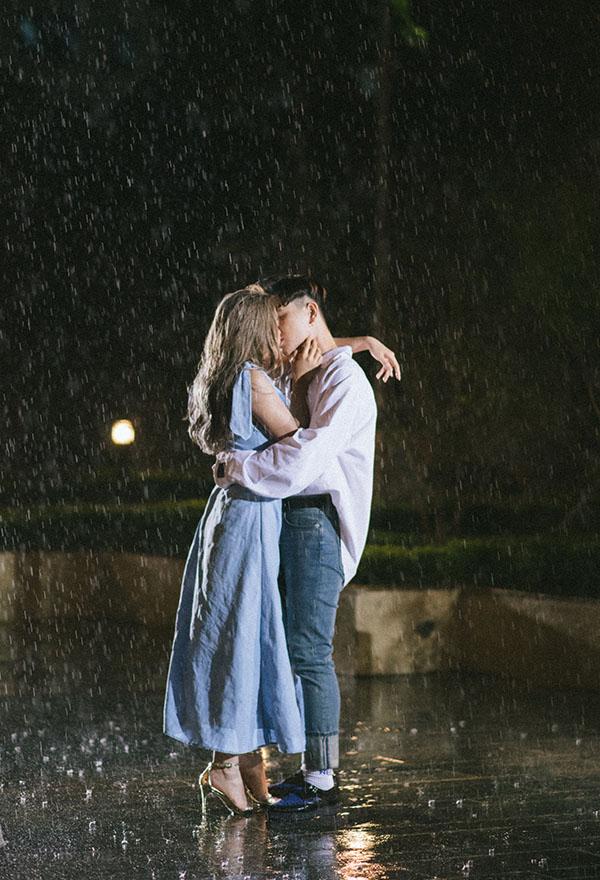 Trong MV Thanh xuân, Châu Bùi và DeCao có nhiều khoảnh khắc tình tứ, trong đó có cảnh cả hai khóa môi dưới trời mưa.