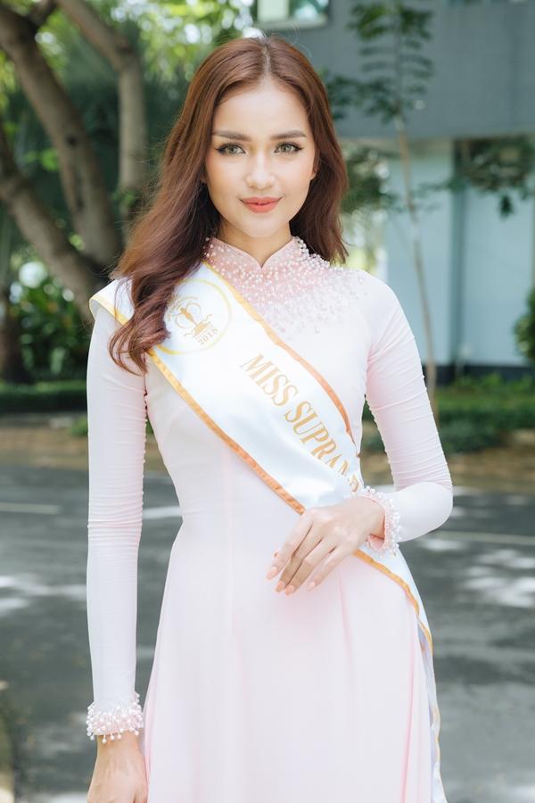 Hoa hậu Siêu quốc gia Việt Nam 2018 - Ngọc Châu diện áo dài duyên dáng, đeo dải băng khi về thăm trường Đại học Tôn Đức Thắng vào ngày 4/9. Tại trường, cô từng theo họcchuyên ngành Công nghệ Sinh học,