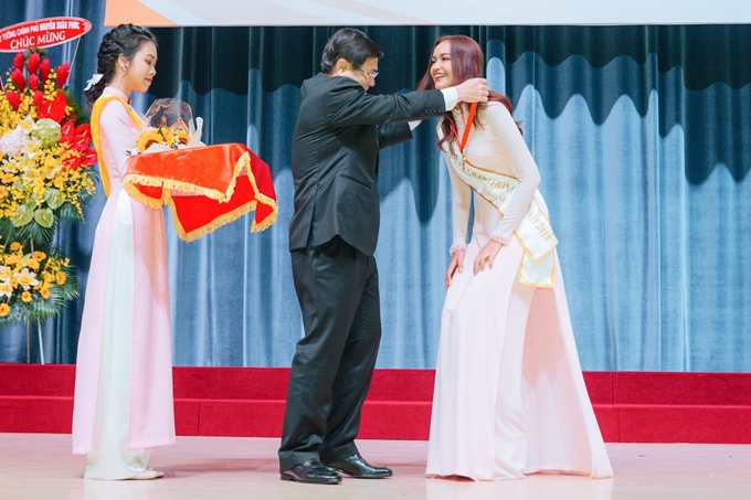 Trong buổi lễ, Ngọc Châu được đại diện ban giám hiệunhà trường trao huân chương và bằng khen. Đây làphần biểu dươngdànhnhững sinh viên, cựu sinh viên nổi bật gặt hái đượcthành công đáng tự hào.