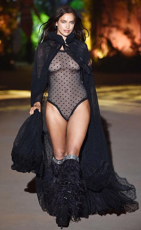 Dù bận rộn chăm sóc con gái 16 tháng tuổi, Irina Shayk vẫn nhận lời xuất hiện trên sàn diễn thời trang tại Verona, Italy, ngày 4/9.