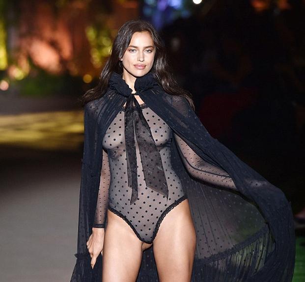Giữ vị trí vedette ở show nội y Intimissimi, chân dài người Nga gây xôn xao khi trình diễn thiết kế bodysuit gần như trong suốt, phô bày toàn bộ vòng một.