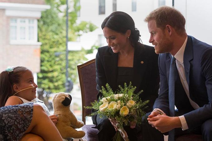 Sau khi được Meghan tặng cho một bông hồng trắng, bé Matilda Booth, 7 tuổi, bị tật nứt đốt sống, hứa với cặp vợ chồng hoàng gia rằng em sẽ luôn tươi cười, giữ tinh thần lạc quan.